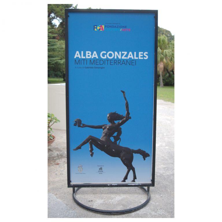Noleggio arredi totem struttura in metallo utilizzato per mostra Alba Gonzales 2018 Palermo.